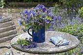 Blauer Strauss aus Aquilegia (Akelei), Centaurea montana (Flockenblumen)