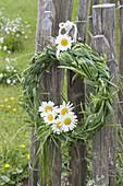 Maiengruen : Kranz geflochten aus Gräsern, dekoriert mit Leucanthemum
