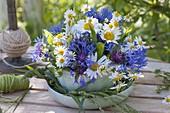 Blau-weisser Mini-Strauss in Schale mit Untersetzer : Centaurea montana