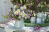 Weiss-rosa Fruehsommerstrauss als Tischdeko : Leucanthemum