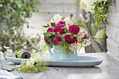 Duftstrauss aus Rosa 'Rose de Resht' (Damascener-Rose) und Holunder