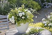 Grün-weisser Duftstrauss auf Gartentisch : Alchemilla (Frauenmantel), Rosa