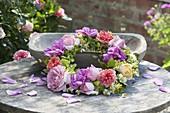Kranz aus verschiedenen , duftenden Blüten von Rosa (Rosen), Alchemilla