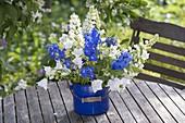 Blau-weisser Strauss aus Lupinus 'Fräulein' (Lupinen), Delphinium