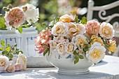 Apricotfarbene, duftende Rosa (Rosen) in Porzellan-Schüssel
