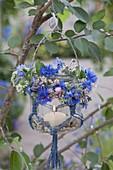 Einmachglas mit Makramee als Windlicht an Baum , kleiner Sommer-Kranz