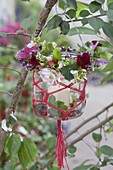 Einmachglas mit Makramee als Windlicht an Baum, Kränzchen aus Tropaeolum