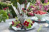 Einmachglas mit Besteck in Kranz aus Brombeeren (Rubus), Fenchel