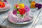 Bunte Sommer-Blüten-Tischdeko