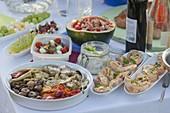 Sommerfest mit Freunden : Tisch mit Antipasti und Häppchen
