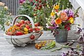 Spankorb mit frisch gepflueckten Tomaten (Lycopersicon), kleiner Strauss