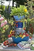 Aus Haushaltsgeräten selbstgebaute Etagere mit frisch geerntetem Gemüse
