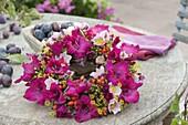 Gesteckter Kranz mit Blüten von Gladiolus (Gladiolen), Anemone hupehensis