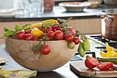 Holz-Schale mit frisch geernteten Tomaten (Lycopersicon), Zucchini (Cucurbita