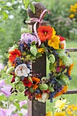 Kleiner Kranz aus essbaren Blüten , Teekraeutern und Wildfruechten