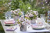 Tischdeko mit Herbstanemonen und Fenchel
