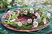 Kranz aus Miscanthus (Chinaschilf) mit Blüten von Anemone hupehensis