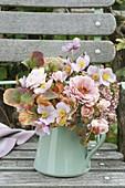 Rosa Herbststrauss auf Gartenstuhl : Zinnia (Zinnie), Rosa (Rosen), Anemone