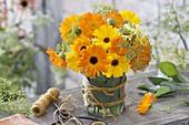 Spaetsommerstraeusschen aus Calendula (Ringelblumen) und Fenchel-Blüten