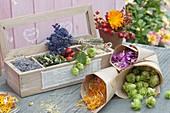 Kästchen mit getrockneten Blüten für Tee und Wellness