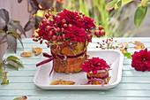 Roter Herbststrauss in Blätter-Vase : Dahlia (Dahlien) und Rosa