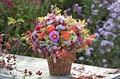 Herbststrauss 'Quer durch den Garten' : Aster (Herbstastern), Physalis