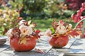 Ausgehöhlte Kürbisse als Vasen für kleine Sträusse aus Rosa