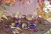 Windlichter mit Blättern und Beeren von Callicarpa (Liebesperlenstrauch)