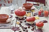Herbstliche Tischdeko mit Cucurbita (Turban-Kuerbissen), Aesculus