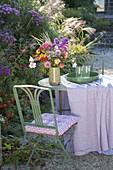 Bunter Strauss aus dem Bauerngarten auf Tisch am Asternbeet