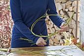Herbstkranz aus grünen Hartriegel - Zweigen binden