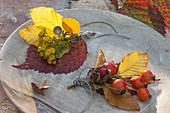 Floristische Dekorationen mit Fundstücken aus dem Herbstwald