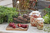 Drahtkorb mit frisch geernteten Möhren, Karotten (Daucus carota)