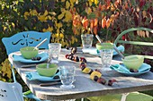 Herbstliche Tischdeko mit Kastanien und Herbstlaub