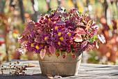 Gesteck aus Chrysanthemum (Herbstchrysanthemen), Herbstlaub, Rosa