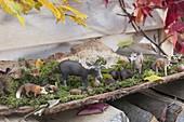 Wald - Deko mit Tierfiguren - Elch , Reh und Fuchs - auf Moos in Rinde