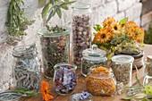 Gläser mit getrockneten Blüten und Blättern für Teemischungen