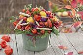 Herbststrauss mit Früchten, Beeren und Ähren
