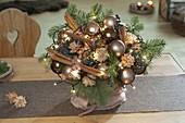 Weihnachtsstrauss mit kupfer-braunen Baumkugeln, Zweigen von Abies nobilis