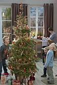 Lebende Koreatanne als Weihnachtsbaum natürlich geschmückt