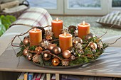 Gemischter Adventskranz mit orangen Kerzen, Baumkugeln