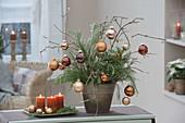 Weihnachtlicher Strauss aus Cryptomeria (Sicheltanne) und Sambucus