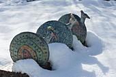 Keramik - Pfaue auf Holzbalken im Schnee