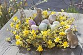 Gelber Osterkranz aus Zweigen von Cornus mas (Kornelkirsche) und Blüten