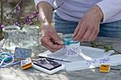 Gläser mit gestempelten Papierstreifen verkleiden