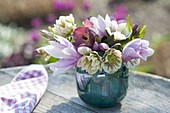 Kleiner Strauss aus Helleborus orientalis (Lenzrosen) und Blüten von Magnolia