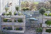 Terrasse mit bepflanzten Euro-Paletten als Sichtschutz