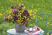 Duftender Strauss aus Syringa (Flieder), Ranunculus acris (Butterblumen
