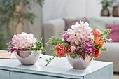 Kleine Frühlings-Gestecke in Schalen : Rhododendron (Alpenrosen), Malus