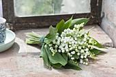 Straeusschen aus Convallaria (Maiglöckchen) am Gewaechshausfenster